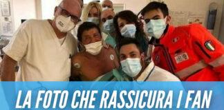 Gianni Morandi cuore d'oro, foto con i medici prima del trasferimento in ospedale