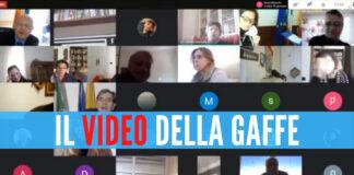 Screen video Matteo Brambilla - Sciacquone durante il consiglio comunale di Napoli