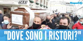 """Crisi Covid, corteo funebre a Napoli: """"Dove sono i ristori?"""". Intanto riaprono i mercati di generi alimentari"""