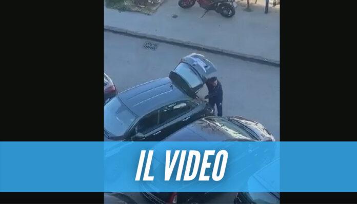 Filmato mentre depredava un'auto a Napoli, ladro arrestato grazie al video