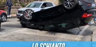 Paura a Napoli, auto si ribalta in strada: ci sono feriti