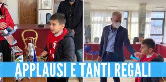 Il piccolo Pietro Gala insieme al sindaco di Calvizzano Giacomo Pirozzi