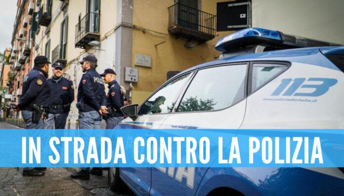 Napoli, gente in strada contro la polizia