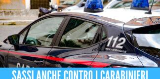 Follia in provincia di Napoli, lancia sassi contro auto e moto: ci sono feriti