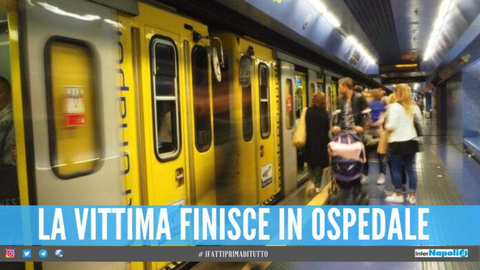 Follia nella metro a Napoli, agente colpito con un martello alla testa