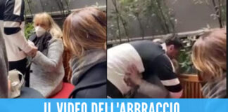 Fabrizio Corona esce dal carcere, l'abbraccio con la mamma in lacrime diventa virale