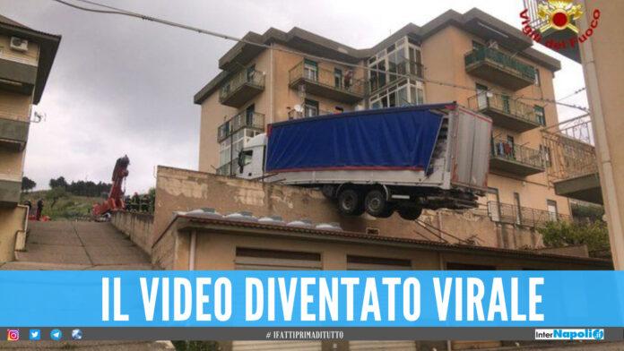 Camion sbaglia manovra e finisce sui tetti, il video dell'incidente