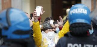 Manifestazione Sit in IoApro: lancio petardi e oggetti verso agenti