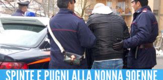 Follia a Napoli. La nonna non gli dà i soldi, lui la picchia e le chiude le mani nella porta