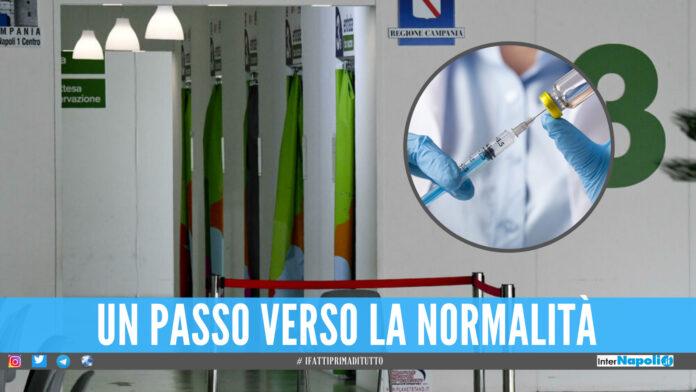 Gli chiedono di rispettare la fila per il vaccino, lui picchia una guardia: 51enne arrestato a Napoli