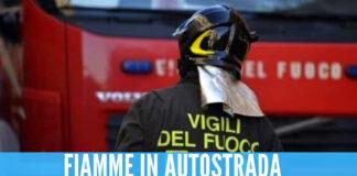 Momenti di paura a Torre del Greco, auto in fiamme all'ingresso della A3