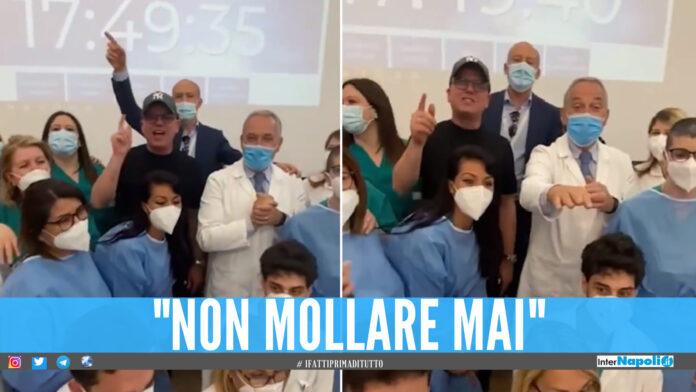 Festa in ospedale per Gigi D'Alessio, si vaccina e canta insieme ai medici [Video]