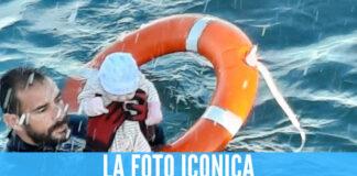 Neonato salvato in mare da un poliziotto, la foto straziante simbolo della crisi in Spagna