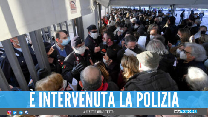 Tensione hub vaccinale Napoli