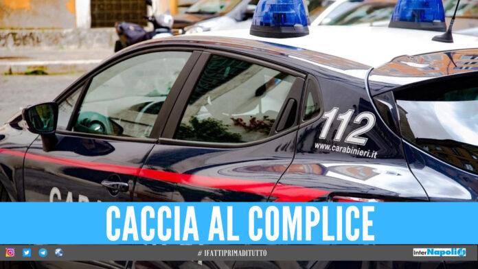 Cerca di rubare un'auto in sosta a Pomigliano, carabiniere fuori servizio blocca e arresta il ladro