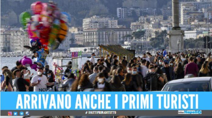 Folla sul lungomare di Napoli