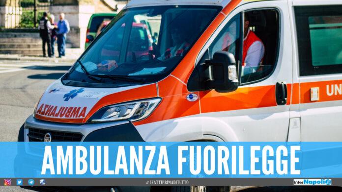Follia a Napoli, ambulanza investe un poliziotto e scappa: era senza assicurazione
