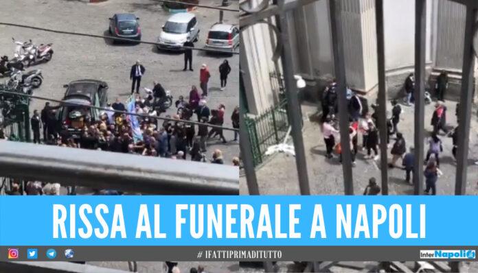 Rissa durante un funerale a Napoli: pugni, calci e urla