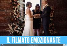 Ha l'alzheimer e chiede a sua moglie di sposarlo di nuovo, il video strappalacrime del matrimonio