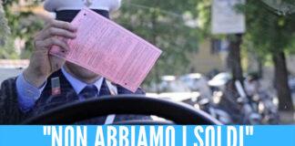 """Non riesce a trattenerla e fa pipì in strada, multa di 3mila euro per un 19enne: """"Mamma non lavora"""""""