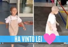 La piccola Raffaella balla all'esterno del Santobono
