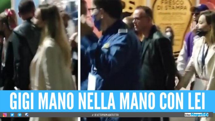 Gigi D'Alessio mano nella mano con la bionda