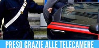 Follia a Napoli, evade dai domiciliari per rapinare una donna: non ci riesce e la picchia