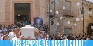 Palloncini bianchi, lacrime e la canzone di Rino Gaetano: il video dei funerali di Rita