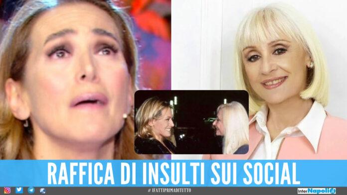 Barbara D'Urso si paragona a Raffaella Carrà: «Le mie interviste ispirate a lei». Insulti sui social