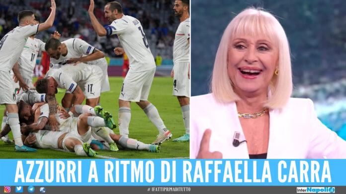 La Nazionale omaggia Raffaella Carrà, gli azzurri si riscaldano con 'A far l'amore comincia tu'