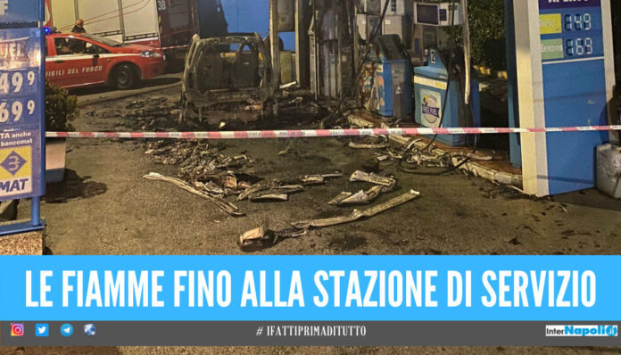 Notte di paura a Napoli, auto in fiamme vicino alla stazione di servizio