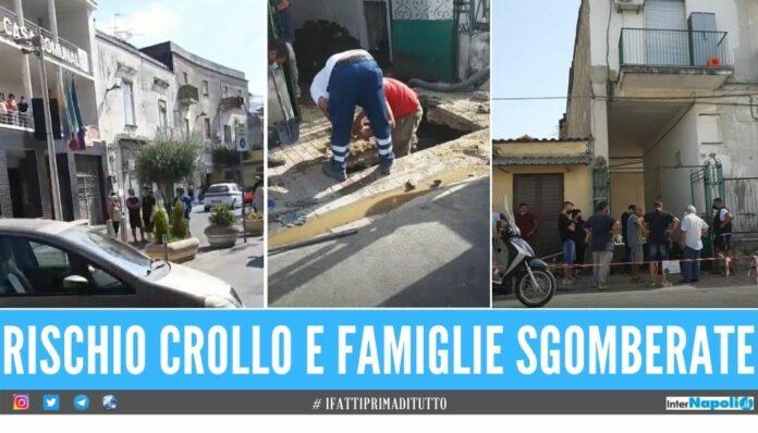 Voragine nel palazzo a Mugnano, famiglie sgomberate protestano al Comune