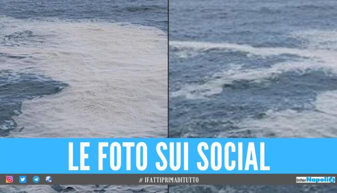 Schiuma bianca nel mare in provincia di Napoli, scatta la segnalazione