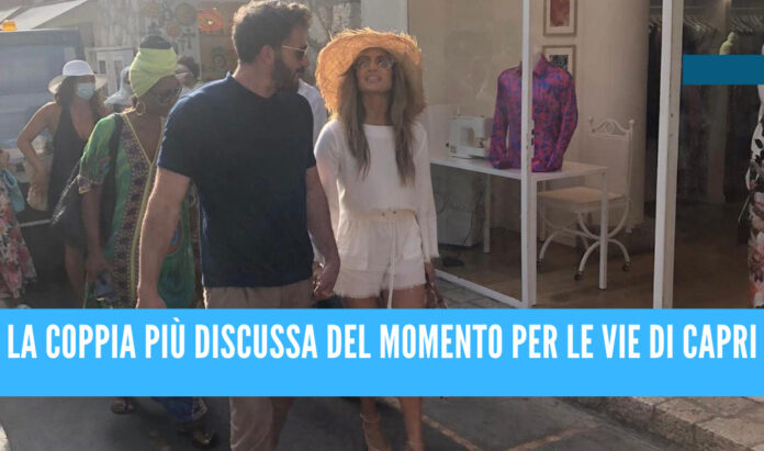 La coppia JLo e Ben Affleck ripresi mano nella mano per le strade di Capri