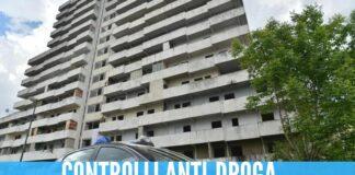 Blitz nella Vela Gialla a Scampia, gettano la droga per sfuggire ai carabinieri