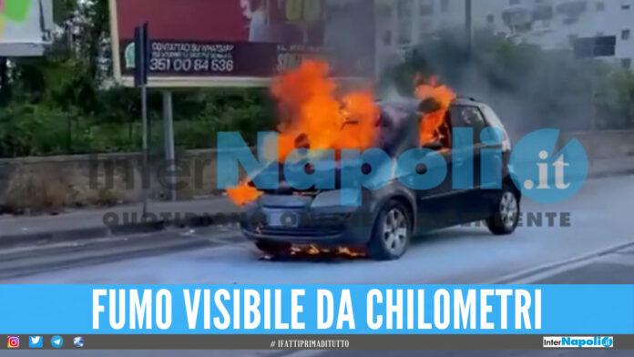 Auto in fiamme a Secondigliano