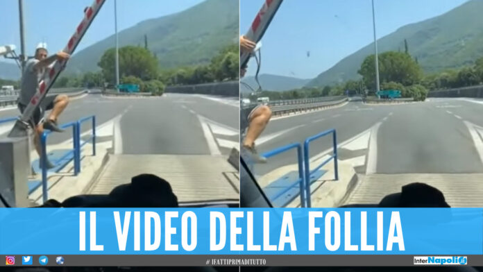 «Come non pagare il casello», la follia sull'autostrada a Napoli: il video virale su TikTok