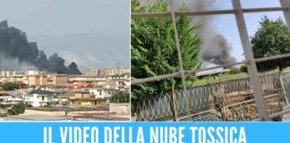 Incendio all'ex campo rom di Scampia, nube nera visibile dai Comuni vicini