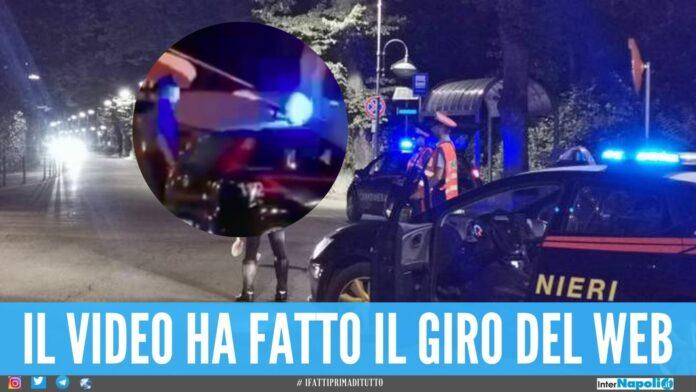video Saltano nudi sull'auto del carabinieri, 2 turisti arrestati nel Modenese