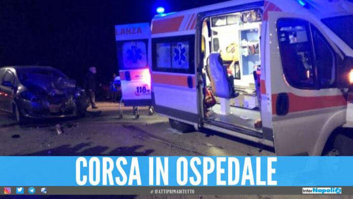 Schianto tra 2 auto in provincia di Napoli, 5 persone in ospedale e feriti bloccati tra le lamiere