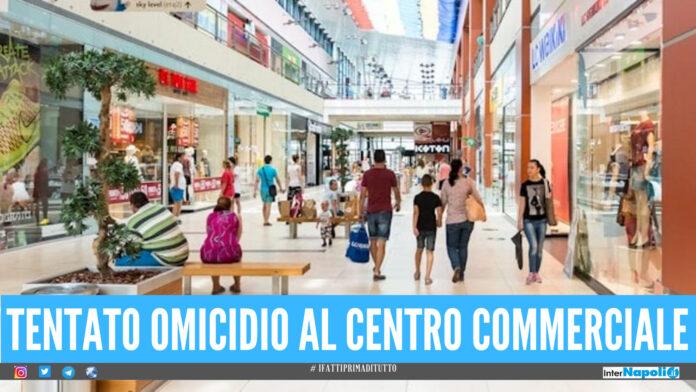 Terrore al centro commerciale di Afragola, estrae pistola dal marsupio e spara alla vittima dopo un banale litigio