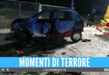 Follia in strada, investe ciclista e l'auto prende fuoco: scoppia la rissa tra ragazzi