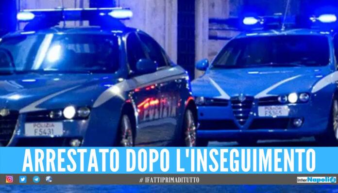 Scene da film a Napoli. Colpisce due taxi, durante la fuga sperona le auto di vigili e polizia
