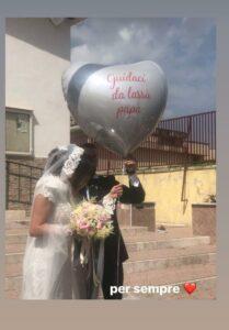 Assunta e il marito lasciano volare il palloncino all'uscita della chiesa