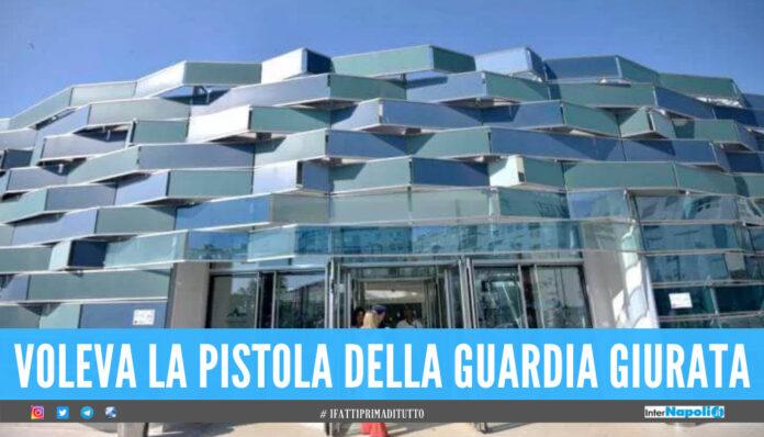 Follia all'ospedale di Napoli, tenta di rubare pistola alla guardia e morde i poliziotti