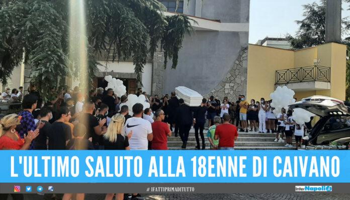 «Danza tra le stelle», palloncini bianchi e striscioni ai funerali di Irene Raimo
