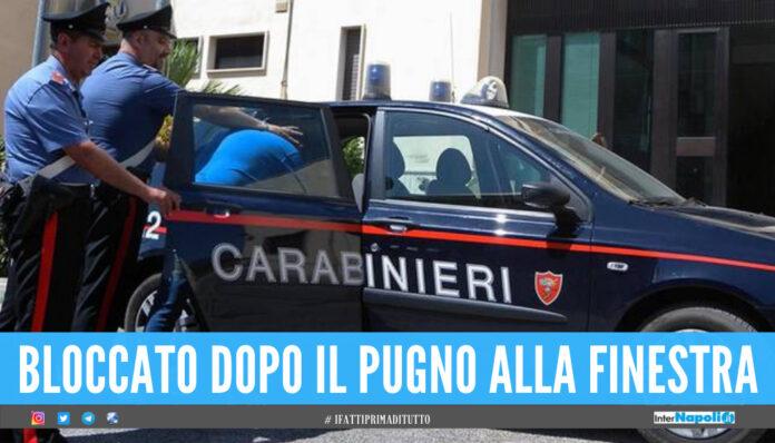 Follia a Napoli, 50enne si barrica in casa e prende la moglie a bastonate