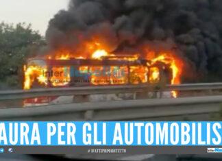 Bus in fiamme sul doppio senso