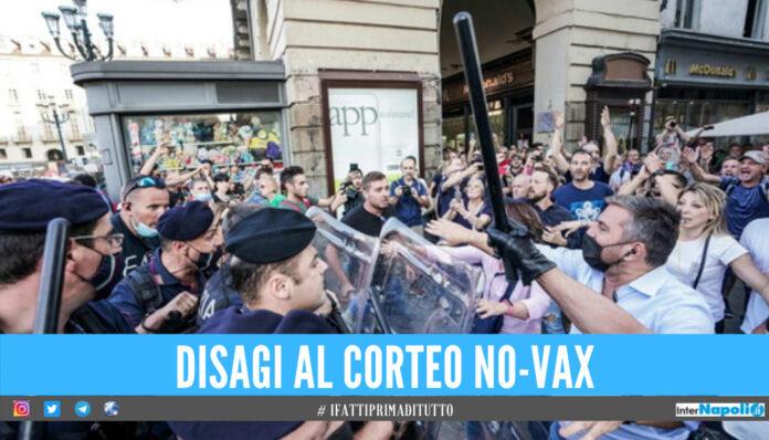 Tensione e violenza al corteo no-vax a Torino, calci e spintoni alle forze dell'ordine