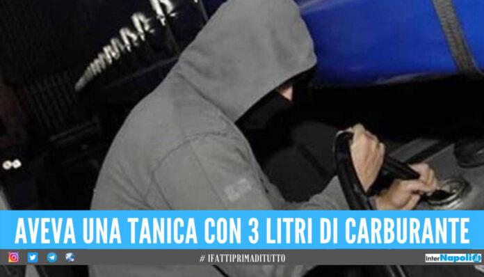Scoperto dai carabinieri mentre ruba carburante a Napoli, arrestato 59enne